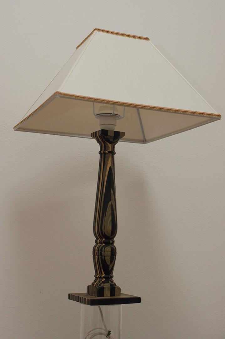 Lampada in legno di multistrati colorati , nero bianco e grigio-verde assemblati ed incollati ...
