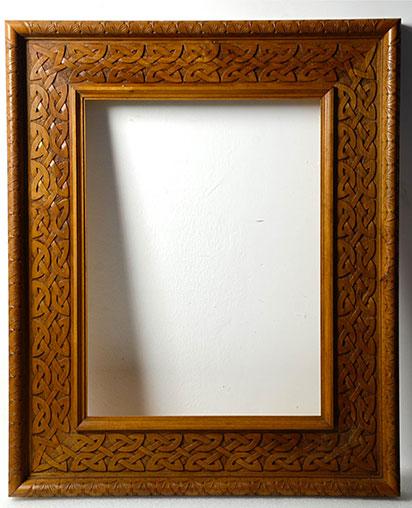 Cornice in legno di noce nazionale intarsiata con for Cornice foto legno